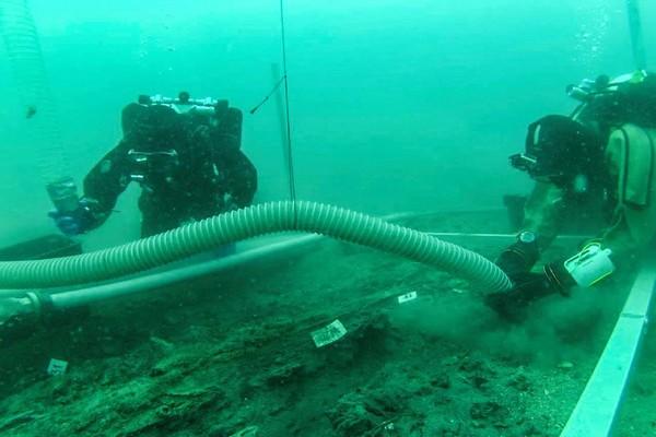 Podwodne prace wykopaliskowe.