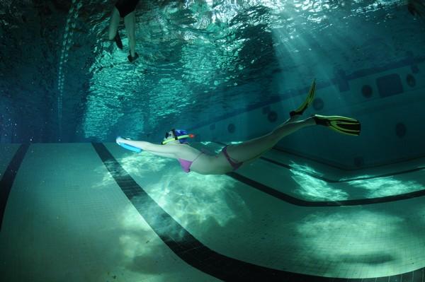 Zajęcia pływackie - pływanie na zatrzymanym oddechu.